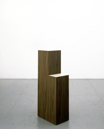 Richard Artschwager, Marrone Sedia, 2008. Formica su legno, 121,9 X 30,5 X 50,8 cm.